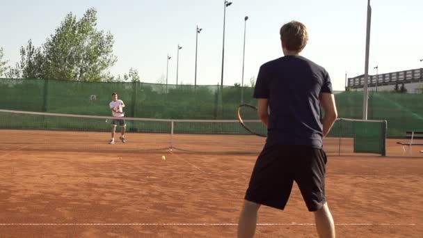 Chybí tenisový míček