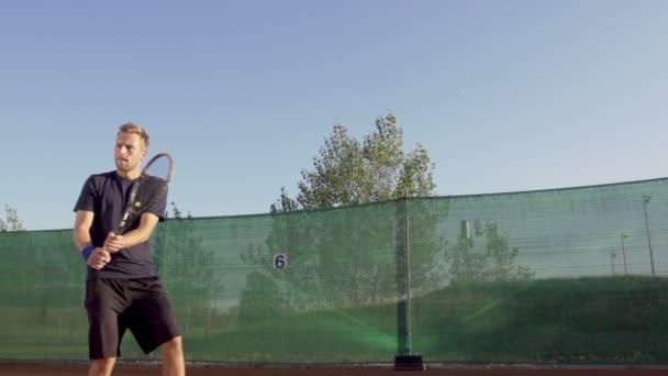 Hráč udeří míč