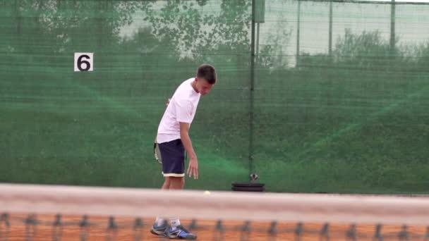 Hráč házet tenisák