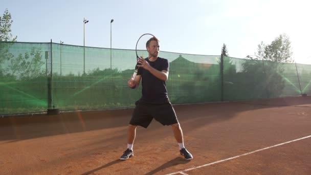 tenisový hráč udeří forehand