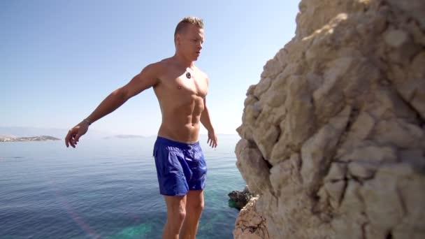 Muž skočí z útesu