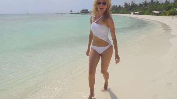 Nő élvezi a gondtalan vakáció