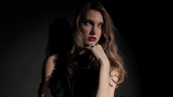 Model posiert im Studio