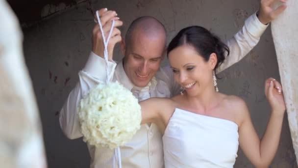 Svatební pár s kyticí
