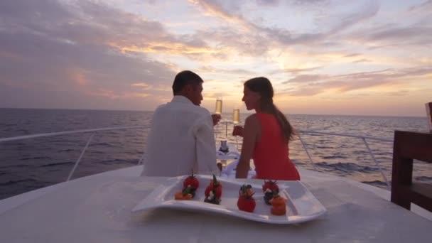 Pár pozoroval zapadající slunce z lodi