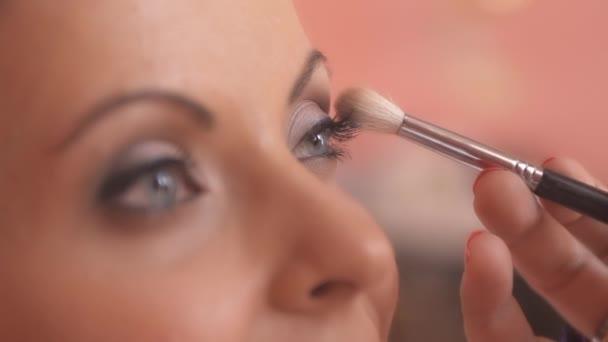 Nevěsta dělá make-up před svatbou