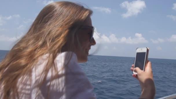 Žena turistické dělat Selfies na lodi