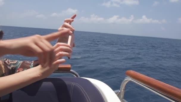 Touristinnen fotografieren vom Boot aus