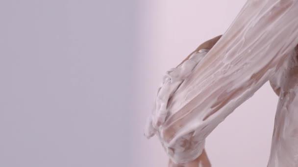 žena mytí tělo