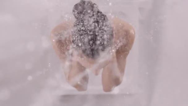 Žena, která stála pod sprchou