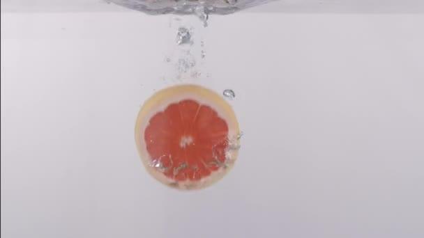 Padající plátek pomeranče