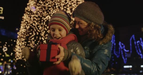 Matka s vánoční dárek pro dceru
