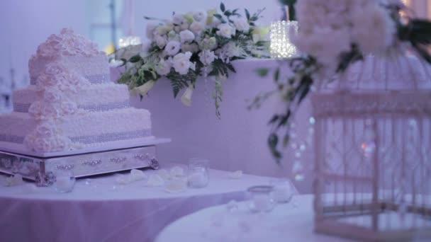 svatební dort dekorovaný tabulka
