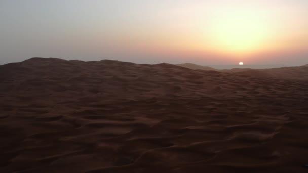 Východ slunce nad pouštní písečné duny