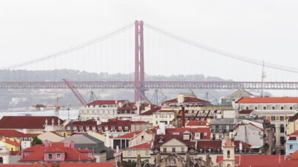 Most je něco málo přes míli dlouhý