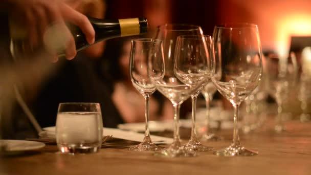 nalévání vína do sklenic