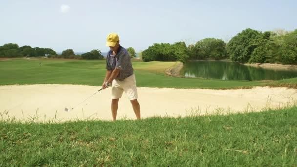 Zpomalený pohyb golfista v lapáku písku