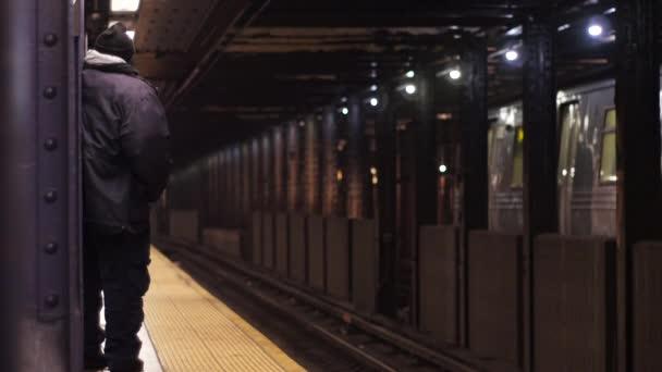 Člověk čeká na vlak metra