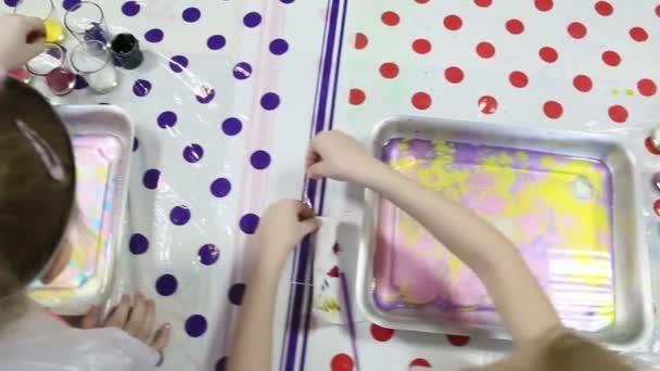 Kinder malen Farben
