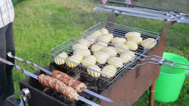 Kebab a brambory jsou smažené na uhlí