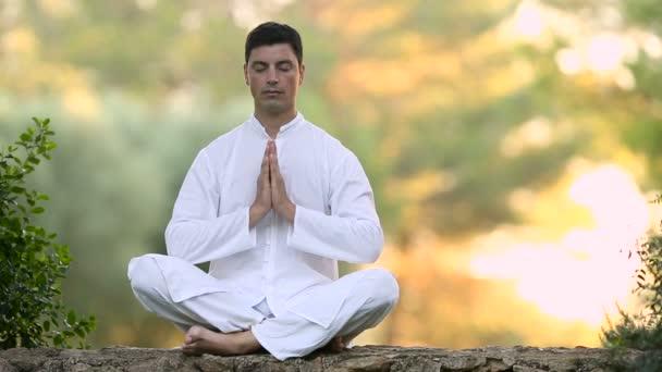 Jeune homme assis sur le mur et la méditation — Vidéo AntonioMari ... 93b388f5c93