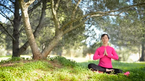 Mladá žena cvičí meditaci venku
