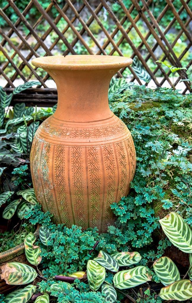 Décoration de jardin en céramique pot, pichet poterie — Photographie ...