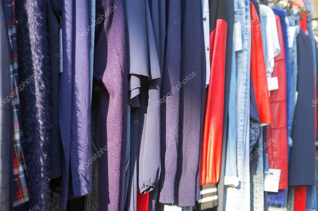 d2c7d868713 Ropa para la venta en un mercado de calle. Imagen en color — Fotos ...
