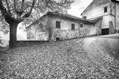 Fotografia Vista del villaggio di Monferrato, allinizio dellinverno. Foto in bianco e nero
