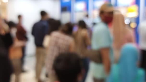 İnsanların Görüntü veya Defocus Arkaplanı Bankacılık Makinesi veya ATM (Otomatik Teller Machine) ile Para çekmek, çekmek ve aktarmak için sıraya girer, Surabaya, Endonezya