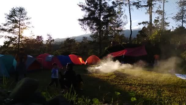 široký úhel pohledu indonéská rodina zábava kempování na Bromo horské lesy chráněné oblasti s kouřem foukání kolem z táboráku ij zpomalení