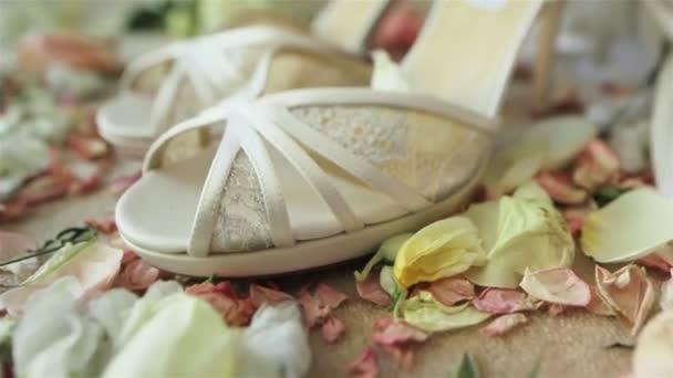 4b665e25314 Par de luxo linda de salto alto branco sandálias de sapatos de noiva laço pé  no tapete com pétalas de flores rosa em torno de esperar a noiva no dia do  ...