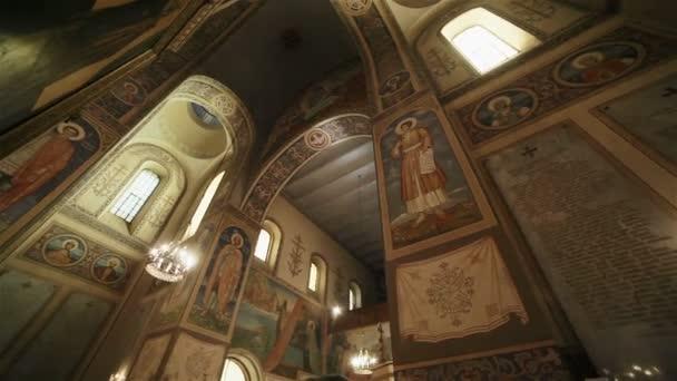 Vnitřní výzdoba uvnitř církve pravoslavné Shipka Pamětní kostel v Bulharsku, Evropa, s freskou a ikony a lustr světlo svítí. Dolly zastřelil