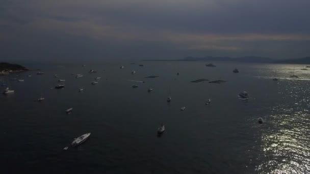 4k molte barche di yacht di lusso sullacqua a vela nel porto di Villefranche-sur-Mer vista aerea di litorale di Nizza. Sorvolare il week-end di galleggiamento e spostamento yacht francese Riviera Cote dazur Mediterraneo