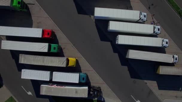 Volare sopra le righe con camion camion al parcheggio posto posto molto aerea superiore vista dallalto di 4 ore di lavoro HD driver k e zona di riposo. Costruzione di veicoli di trasporto cargo consegna logistica aziendale