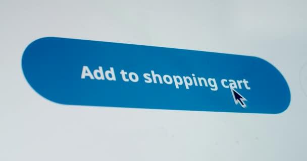 Macro video felvétel kurzor kattintva kosárba gomb készülék képernyőjén lassított felvétel. Arctalan személy csinál digitális online vásárlás a honlapon. Mock up alkalmazás termék rendelés