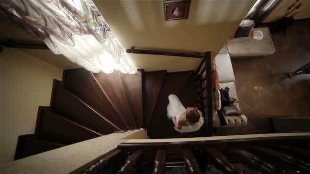 Krásná nevěsta horolezecké točité schodiště. Zpomalený pohyb
