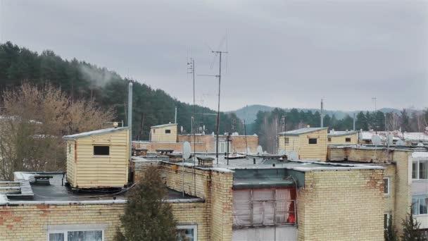 Střechy zatuchlá předměstí oblasti. Kouř z komína