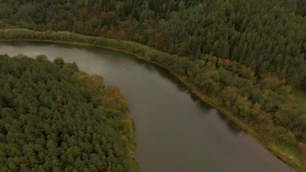 4 k a légi felvétel a folyó és az őszi erdő