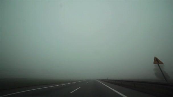 Řídit auto na mlhavé silnici s osobních a nákladních vozů z okna sklo onboard kamery