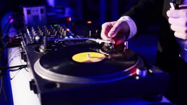 DJ fonó vinil egy éjszakai klubban. Közeli kép: