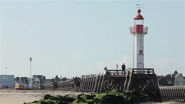 Maják a mola v přístavu Trouville, Normandie, Francie, Evropa