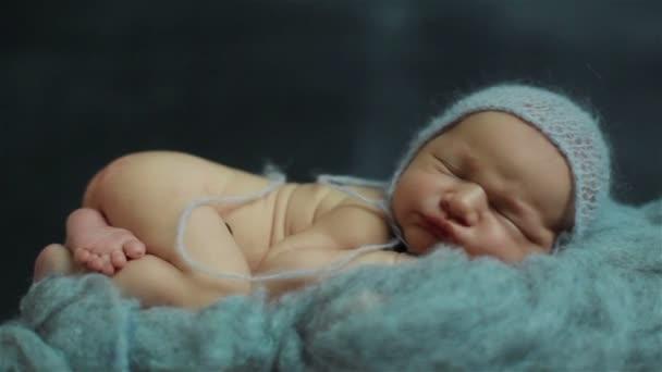 Szép kis újszülött baba alszik, lélegzik, és így a vicces arcok egy szép póz közelről