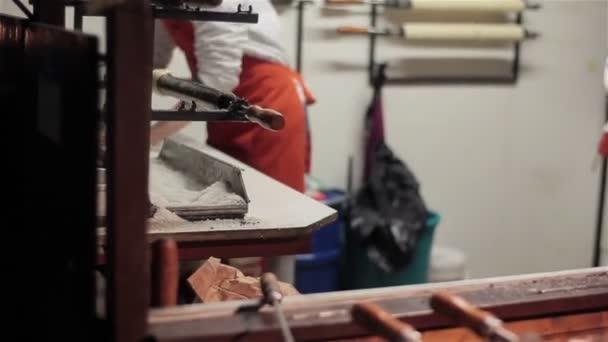 Tradiční české a maďarské trdlo pouliční jídlo sladké pekařství nebo trdelník se vařila uhlí požáru venku v Praze čtvereček během vánoční trh spravedlivé time