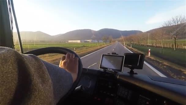 Žádný obličej k nepoznání muž rukou jízdy autobusem nebo vůz drží volant navigace s gps aplikací v autě s obrazovky tabletu. Kamionu nebo autobusu řidič pohled protijedoucí dálnice od uvnitř kabiny