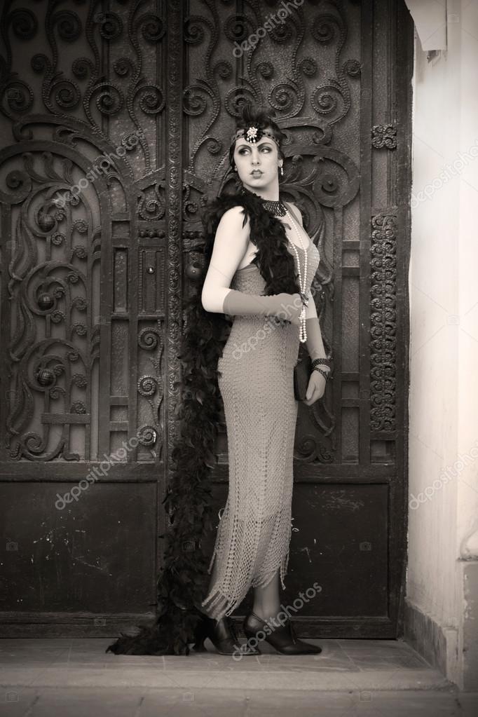 74265ff2fc1b Full längd porträtt av den vackra Retro kvinna i svart spets och tillbehör i  stil 1920-talet - 1930-talet stående i den gamla Metal Gate — Foto av ...