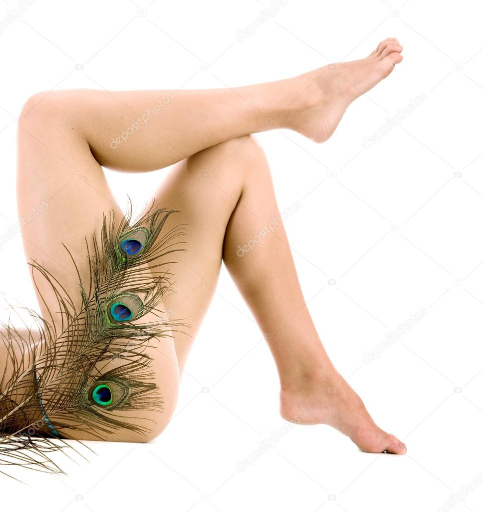 Piernas de mujer con fearther de pavo real sobre fondo blanco — Foto ...