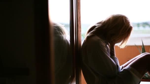 Frau verzweifelt auf Terrasse zu Hause)