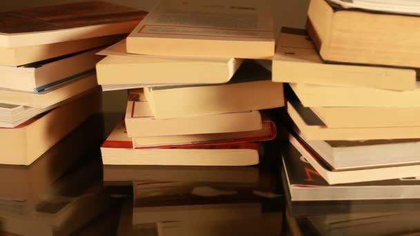 Skládané knihy na stole