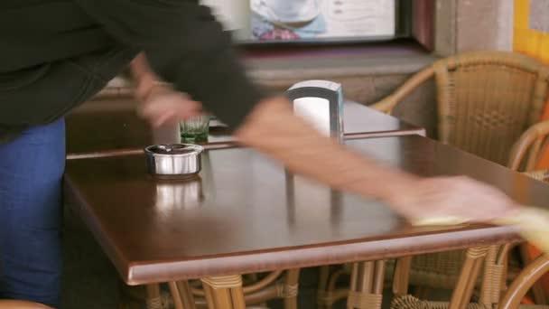 Číšníku, čištění tabulky